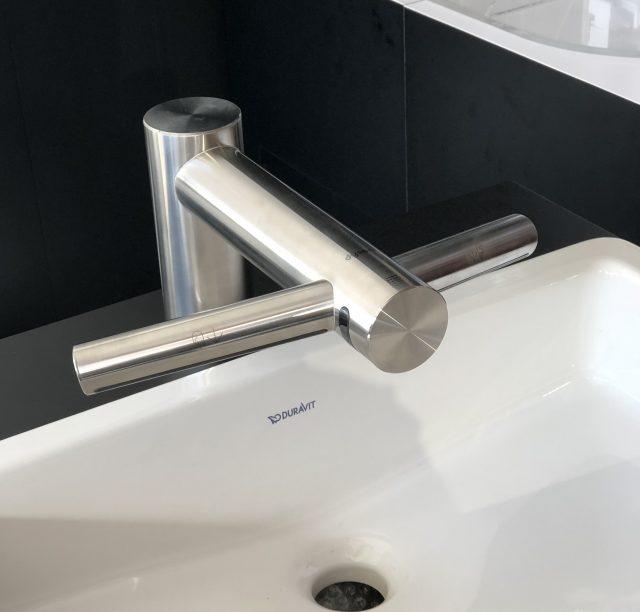 ダイソンから、ハンドドライヤーを一体化した洗面用水栓を発売
