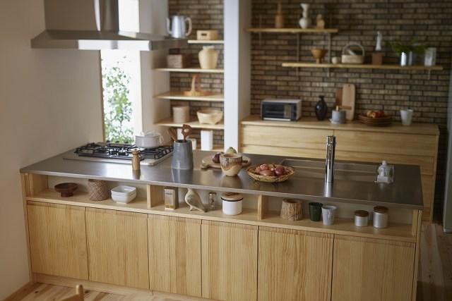 ウッドワンは、無垢扉キッチン「スイージー」をリニューアル