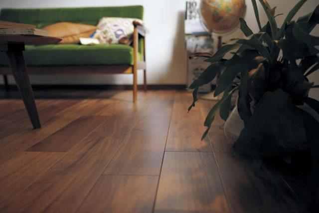 パナソニックは床材を一新、天然木の木目・照り・色彩が際立つ加工技術を開発した