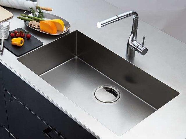 永大産業は主力キッチン刷新へ、シャープなスクエアシンクを搭載した