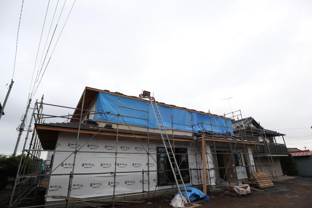 茨城県筑西市注文住宅「総タイル貼りの二世帯住宅」屋根進行中です!