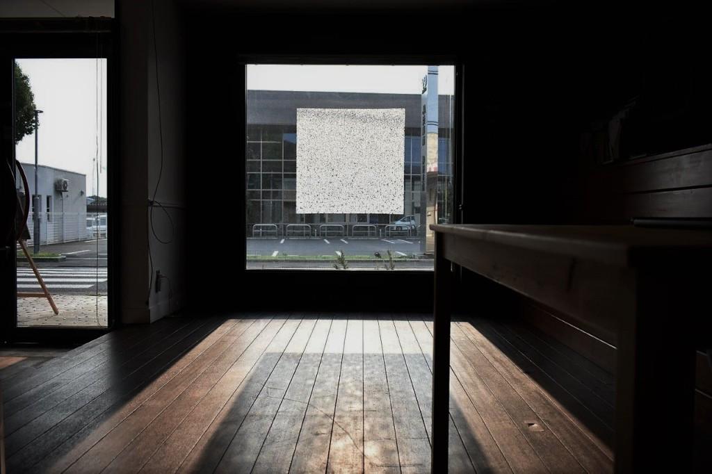 光を通し中は見えない、窓ガラスに貼る障子紙を開発