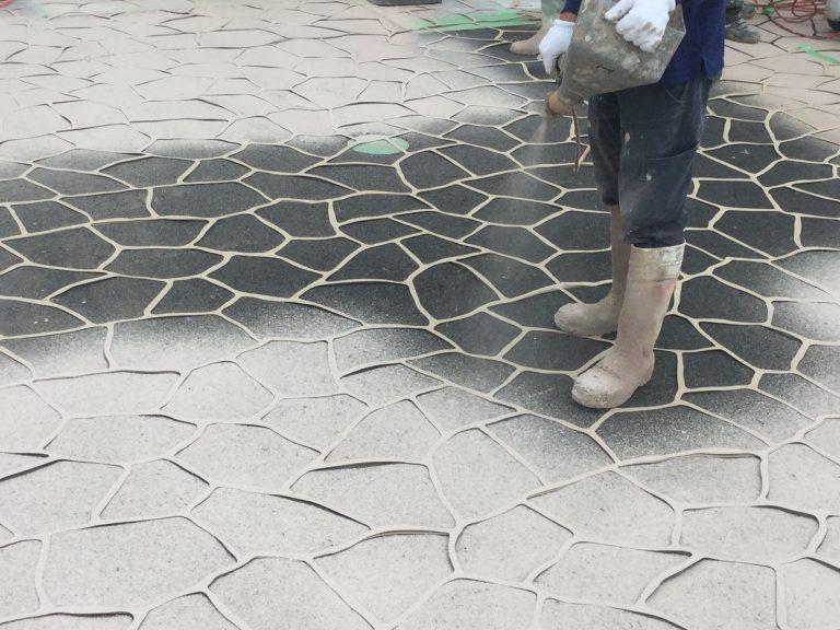 型紙でアスファルトに模様をつけられる舗装用塗料を発売へ