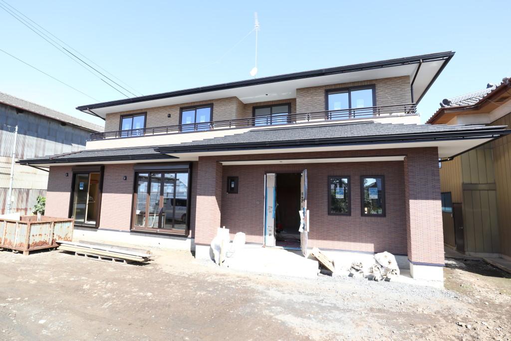 茨城県筑西市注文住宅「総タイル貼りの二世帯住宅」足場が外れました!