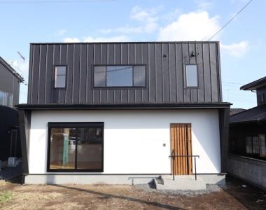 「黒いガルバ×塗り壁」シンプルモダン注文住宅