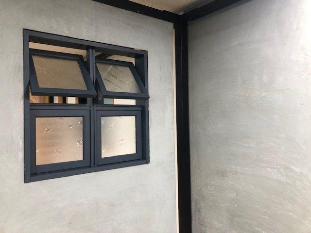 昭和の型ガラスをリユースした木製室内窓が発売